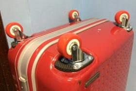 Замена четырёх колёс на чемодане